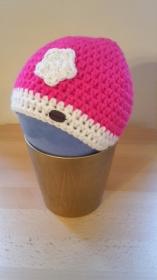 Gehäkelte Babymütze für den Winter in pink mit weißem Blümchen Blume