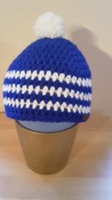 Gehäkelte Mütze für Kleinkinder für den Winter in blau mit weißen Streifen und Bommel
