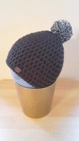 Gehäkelte Mütze für Kleinkinder für den Winter in braun mit braun meliertem Bommel