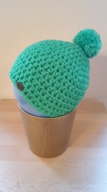 Gehäkelte Mütze für Kleinkinder für den Winter in grüngrau mit grünem Bommel