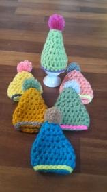 6 gehäkelte Eierwärmer in verschiedenen Farben, Mütze mit Bommel