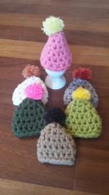 6 gehäkelte Eierwärmer in verschiedenen Farben als Mütze mit Bommel