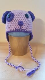 Gehäkelte Mütze für Kleinkinder für den Winter in flieder lila als Hund Hündchen mit Ohrenklappen