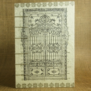 Mittelalterliches Coptic-Stitch-Buch mit silbernen Bordüren, Tor und Texthintergrund Din A6 - Handarbeit kaufen