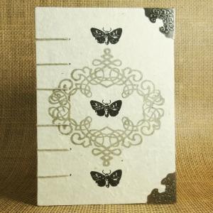 Mittelalterliches Coptic-Stitch-Buch mit Ornament, Nachtfaltern und Buchecken Din A6 - Handarbeit kaufen