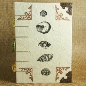 Mittelalterliches Coptic-Stitch-Buch mit Ornamentecken, Muscheln, Buchecken und Anhängern Din A6 - Handarbeit kaufen