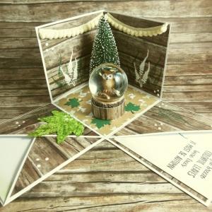 Explosionsbox zum Herbst mit Eule in einer Schneekugel, Bommelgirlanden, Blätter und Tanne in Grün, Braun, Beige und Weiß - Handarbeit kaufen