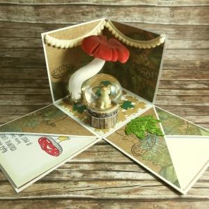Explosionsbox zum Herbst mit Wolf in einer Schneekugel, Bommelgirlanden, Blätter und Pilz in Grün, Rot, Braun, Beige und Weiß - Handarbeit kaufen