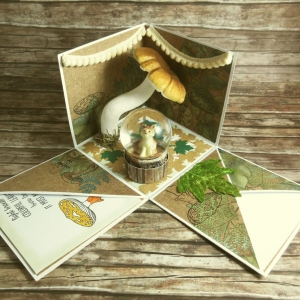 Explosionsbox zum Herbst mit Wolf in einer Schneekugel, Bommelgirlanden, Blätter und Pilz in Grün, Braun, Beige und Weiß - Handarbeit kaufen