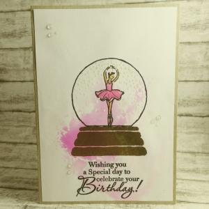 Handgemachte Klappkarte mit Ballerina in der Schneekugel und pinkem Aquarellhintergrund zum Geburtstag Din A6