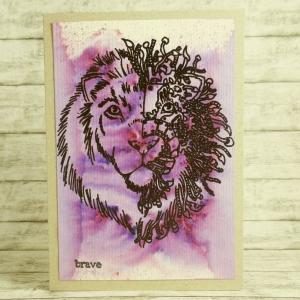 Handgemachte Klappkarte mit großem geteiltem Löwenkopf, Brave-Wort und gefärbtem Hintergrund in Schwarz und Lila Din A6 - Handarbeit kaufen