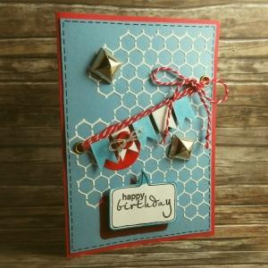 Handgemachte Klappkarte mit Maschendraht, Girlande und Nieten in Rot, Blau und Weiß Din A6