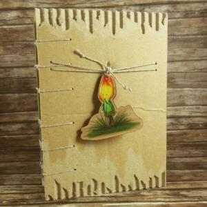 Nachhaltiges Notizbuch mit Coptic-Stitch-Bindung und Holzanhänger Tulpenmännchen Din A6 - Handarbeit kaufen
