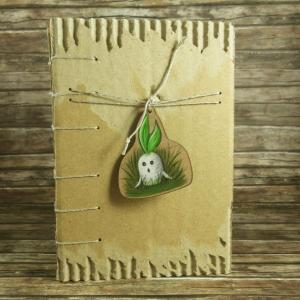 Nachhaltiges Notizbuch mit Coptic-Stitch-Bindung und Holzanhänger Alraune Din A6 - Handarbeit kaufen