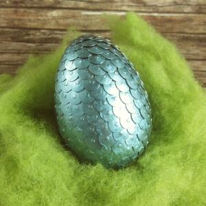 Handgemachtes Drachenei aus Reißzwecken in Metallic-Blau 8 cm - Handarbeit kaufen