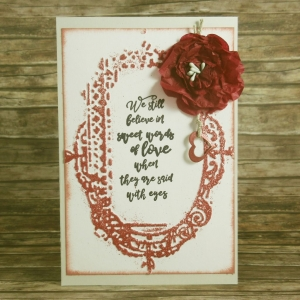 Handgemachte Klappkarte mit Rahmen, Spruch, Blüte und Herzanhänger in Dunkelrot Din A6 - Handarbeit kaufen