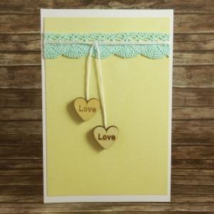 Handgemachte Klappkarte mit hängenden Holzherzen und Spitze in Gelb und Mint Din A6 - Handarbeit kaufen