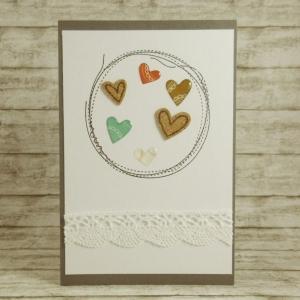Handgemachte Klappkarte mit genähten Kreisen, verschiedenen Herzen und Spitze in Rot, Braun und Bermuda Din A6
