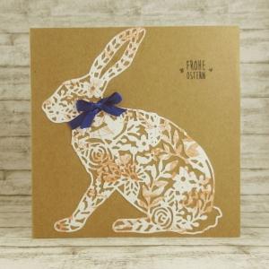 Handgemachte Klappkarte mit großem Hasen und Schleife in Weiß, Orange und Dunkelblau Quadratisch - Handarbeit kaufen