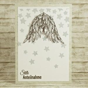 Handgemachte Klappkarte zur Trauer mit Sternenregen und Flügeln in Schwarz-Weiß und Grau Din A6 - Handarbeit kaufen