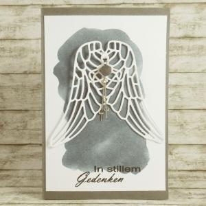Handgemachte Klappkarte zur Trauer mit hängenden Flügeln und Steinperle in Grau Din A6 - Handarbeit kaufen