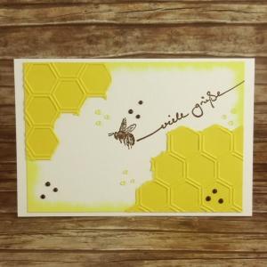 Handgemachte Klappkarte mit fliegender Biene, Waben und Fließtext in Gelb und Braun Din A6 - Handarbeit kaufen