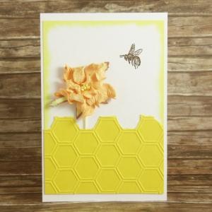 Handgemachte Klappkarte mit fliegender Biene, Waben und Blume in Gelb, Rosa und Braun Din A6 - Handarbeit kaufen