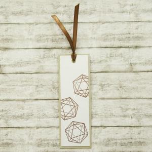 Handgemachtes Lesezeichen aus Papier mit embossten W20 Rollenspiel Würfel in Kupfer