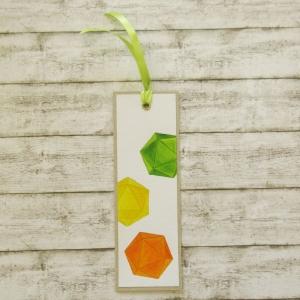 Handgemachtes Lesezeichen aus Papier mit bunten W20 Rollenspiel Würfel in Grün, Gelb und Orange - Handarbeit kaufen