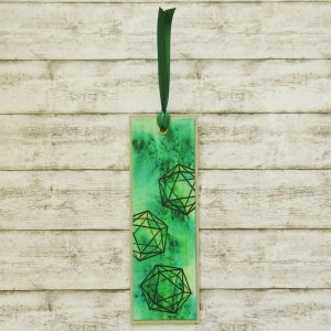 Handgemachtes Lesezeichen aus Papier mit gefärbtem Hintergrund und embossten W20 Rollenspiel Würfel in Smaragdgrün und Schwarz - Handarbeit kaufen