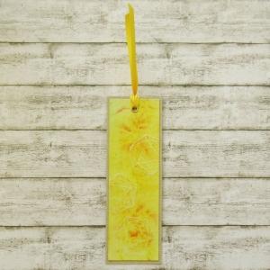 Handgemachtes Lesezeichen aus Papier mit gefärbtem Hintergrund und embossten W20 Rollenspiel Würfel in Gelb und Perlmutt - Handarbeit kaufen
