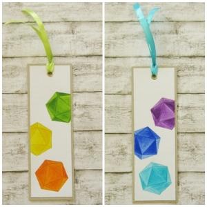 Handgemachtes Lesezeichen aus Papier mit kolorierten W20 Rollenspiel Würfel in Wunschfarbe
