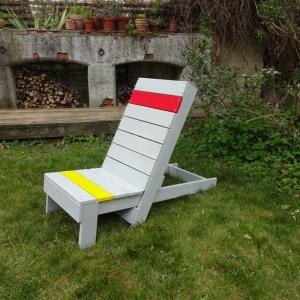 Liegestühle aus Bauholz mit farbigen Akzenten - Handarbeit kaufen