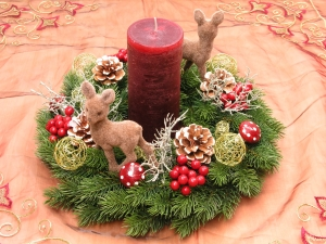 Adventskranz mit rustikaler dunkelroter Kerze und kleinen Rehlein, Wandkranz oder Türkranz