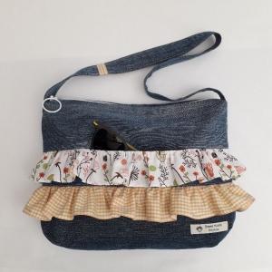 Verspielte Handtasche aus Jeansstoffen mit Rüschen