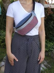 Upcycling Bauchtasche reddy aus Jeans mit bordeauxfarbener Jeansapplikation auf der Front jetzt kaufen - Handarbeit kaufen