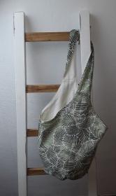 Liebevoll gearbeiteter Knotenbeutel mit mit stilvollem Blättermotiv
