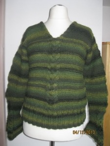Pullover handgestrickt mit Zopfmuster und Trompetenärmeln
