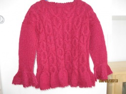 Flauschiger Strickpullover weinrot mit Vollants