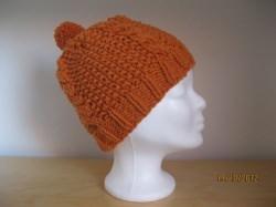 Mütze gestrickt, orange mit Zopfmuster und Bommel