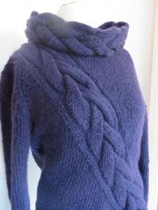 Pullover handgestrickt mit großem diagonalem Zopf lilablau