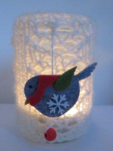 handgestricktes wunderschönes Windlicht mit Ajourmuster und mit Vögelchen aus Filz