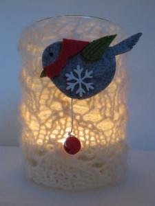 handgestricktes wunderschönes Windlicht mit Ajourmuster und mit Vögelchen aus Filz  (III)