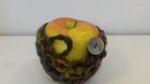 Apfeltäschchen / Apfelschoner Perlmutt selbts gehäkelt mit Knopf