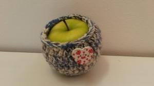 Apfeltäschchen blau weiß gehäkelt mit Herzchen aus Holz