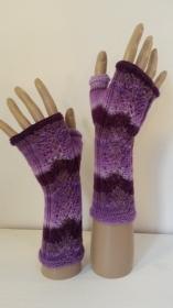 Arm- und Handstulpen im lila - rosa Farbverlauf und zartem Ajourmuster handgestrickt