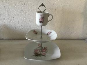 Etagere ♥ Porzellan  ♥️ Neu gestaltet ♥ upcycling ♥ Unikate - Vintage Rosen - Handarbeit kaufen