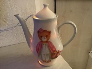Beleuchtete Kaffeekanne  ♥ Einzigartig♥ Geschenk ♥ Vintage ♥ Unikat -   Bär Teddydame - Handarbeit kaufen