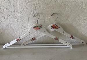 2 Kleiderbügel ❤️ außergewöhnliche Bügel ❤️ weiß ❤️ Serviettentechnik ❤️ - Unikat - bunte Blumen - Handarbeit kaufen