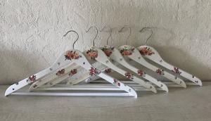 10 Kleiderbügel ❤️ außergewöhnliche Bügel ❤️ weiß ❤️ Serviettentechnik ❤️ - Unikat - bunte Blumen - Handarbeit kaufen
